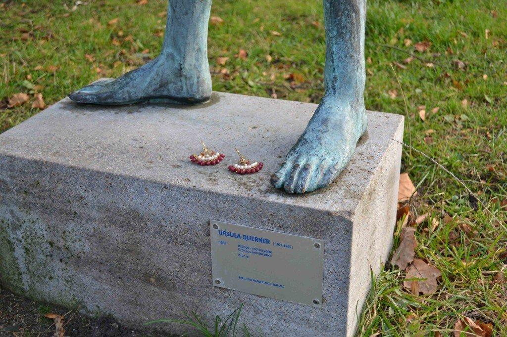 Alsterpark-statue_raspberry-gold-earrings_closeup